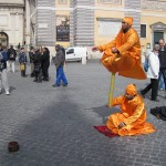Worst living statue ever breaks character to menace non-tipping tourist